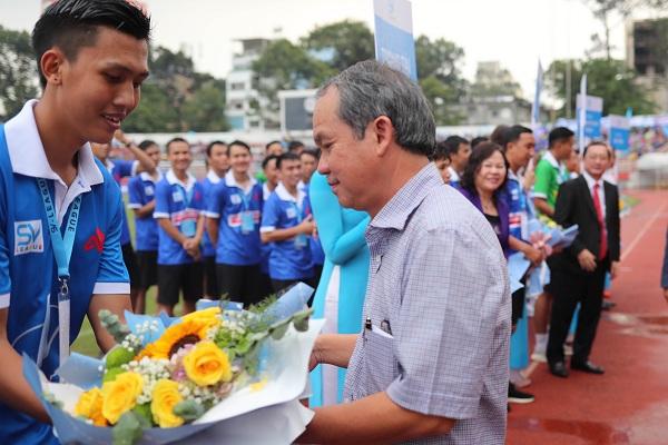 Các nhà bảo trợ tặng hoa cho các đội bóng tham dự SV-Leage 2020