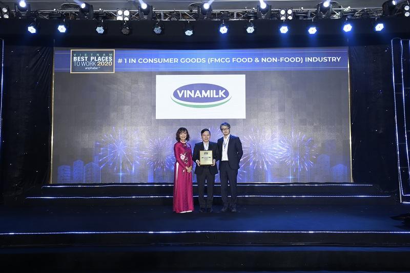 """Vinamilk còn dẫn đầu 2 bảng xếp hạng khác là """"Top 50 Doanh nghiệp Việt có thương hiệu nhà tuyển dụng hấp dẫn"""" và """"Nơi làm việc tốt nhất trong ngành hàng tiêu dùng nhanh"""""""