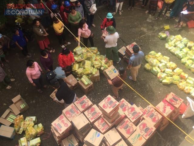 Hàng trăm suất quà được cựu sinh viên Châu Anh vận chuyển từ Nghệ An hỗ trợ người dân các huyện Cam Lộ, Vĩnh Linh.