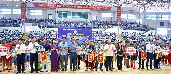 Các đồng chí lãnh đạo tỉnh và các đại biểu tặng hoa và cờ lưu niệm cho các đội bóng.
