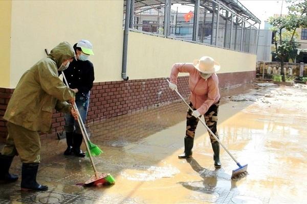 Người dân Quảng Bình dọn dẹp bùn đất sau mưa lũ (Ảnh: LPL)