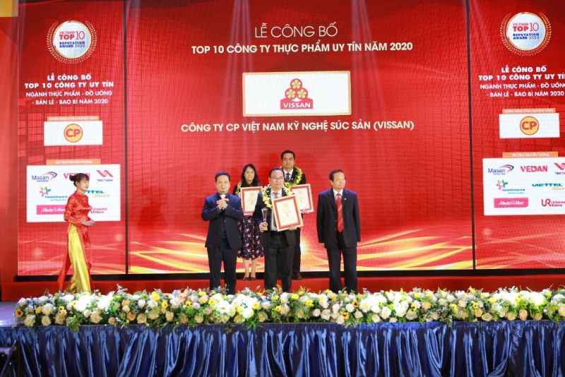 Đại diện Công ty nhận giải thưởng