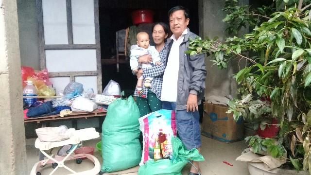 Trao quà hỗ trợ cho gia đình ông Ngô Văn Tư
