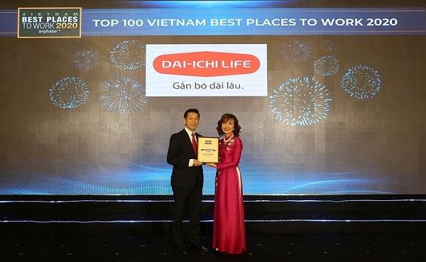 Đại diện Dai-ichi Life Việt Nam nhận giải thưởng từ đơn vị tổ chức