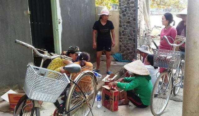 Niềm vui của người dân Đội 1, thôn An Xá  khi nhận hàng cứu trợ