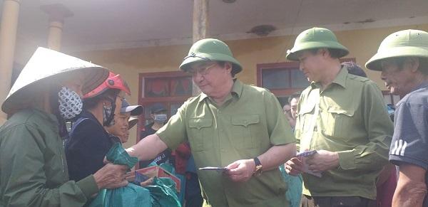 Ông Nguyễn Anh Dũng - TBT Báo Xây Dựng, ông Phạm Gia Yên - nguyên Chánh Thanh tra Bộ Xây dựng đến thăm hỏi và  trao quà cho các hộ dân bị thiệt hại nặng nề nhất trong đợt lũ lụt vừa qua