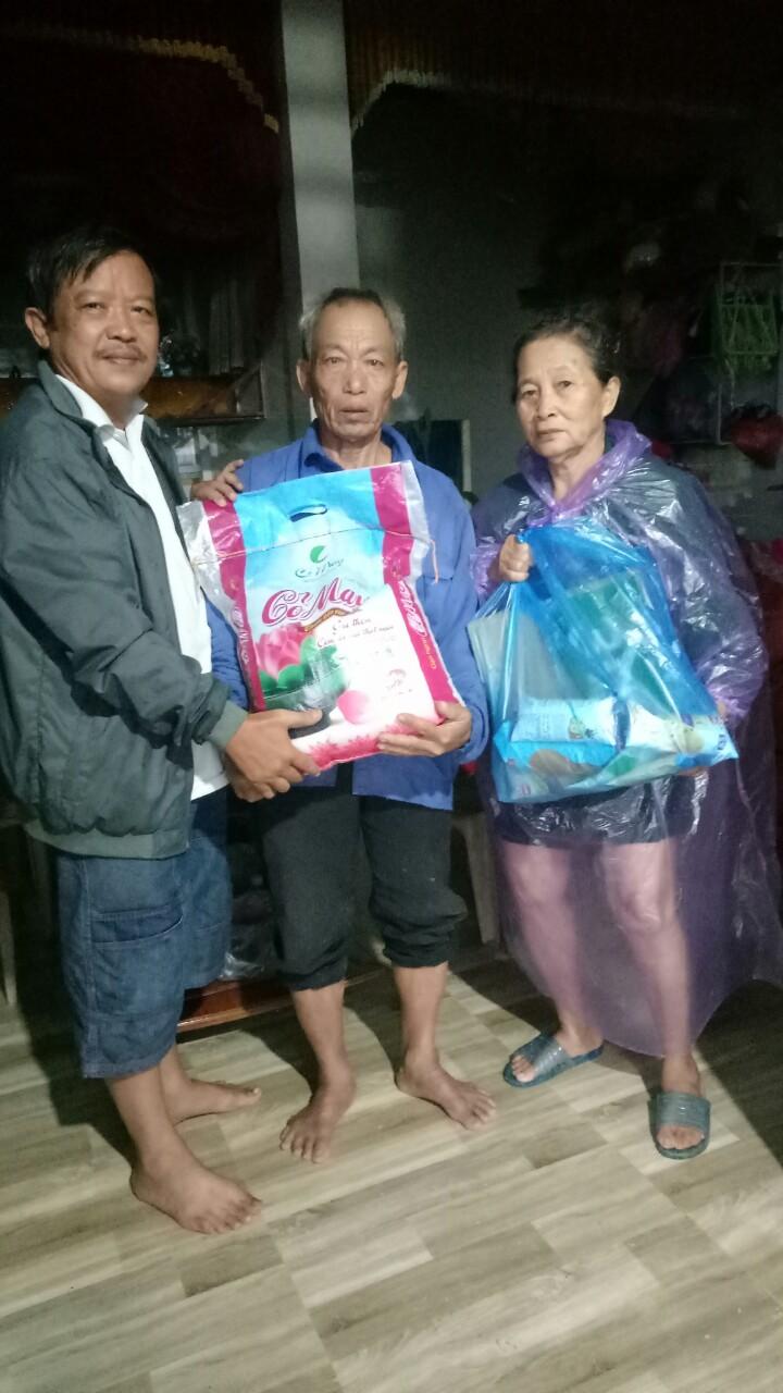 Trưởng đại diện Thương Hiệu& Công Luận trao quà cứu trợ cho gia đình ông Hoàng Minh Hoảnh tại thôn An Xá (huyện Lệ Thuỷ, Quảng Bình)