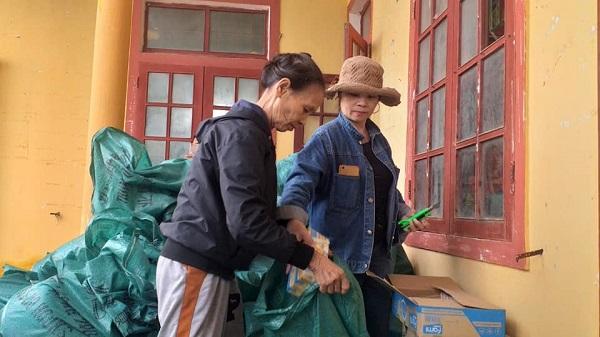 Hình ảnh người dân hỗ trợ đoàn chuyển đồ