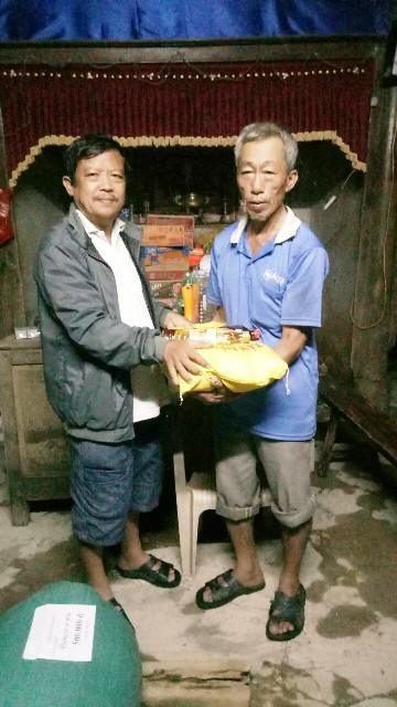Thăm nhà ông Hoàng Văn Hiến thôn An Xá