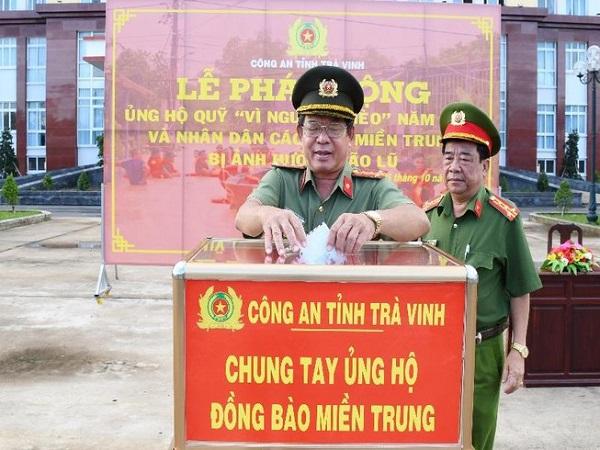 Công an tỉnh Trà Vinh quyên góp ủng hộ các tỉnh miền Trung.