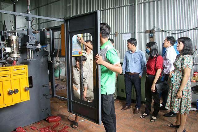 Nguồn kinh phí khuyến công hỗ trợ đầu tư mới máy thổi nhựa HDPE cho Công ty TNHH Thương mại - Dịch vụ cây xanh hoa cảnh Sa Đéc