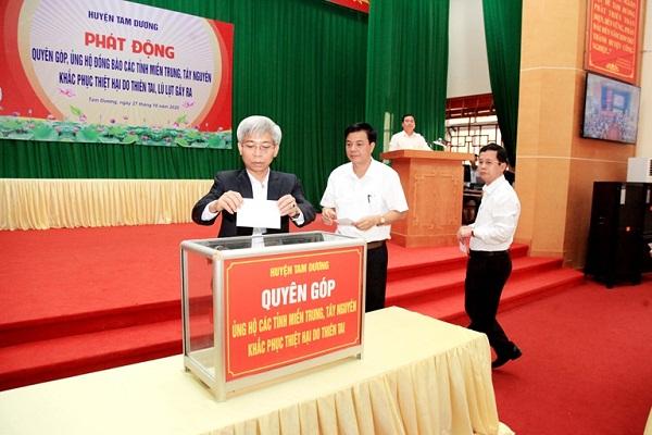 Lãnh đạo huyện Tam Dương ủng hộ đồng bào miền Trung, Tây Nguyên