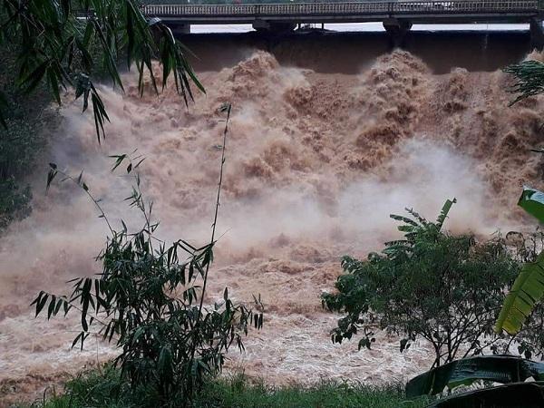 Hình ảnh nước lũ kinh hoàng
