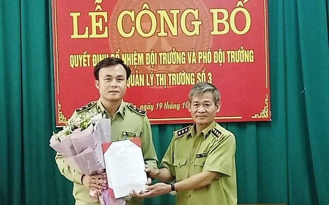 Ông Hoàng Phương - Cục Trưởng Cục QLTT tỉnh Vĩnh Phúc trao Quyết định bổ nhiệm ông Lê Mạnh Cường giữ chức vụ Phó Đội trưởng Đội QLTT số 3