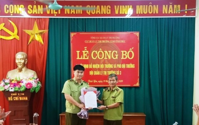 Ông  Hoàng Phương - Cục Trưởng Cục QLTT tỉnh Vĩnh Phúc trao Quyết định bổ nhiệm ông Trịnh Thành Sơn giữ chức vụ Đội trưởng Đội QLTT số 3