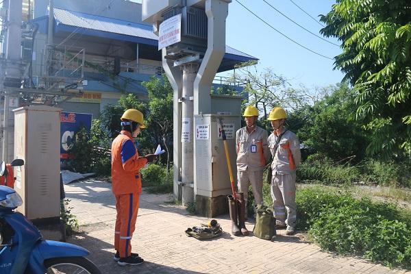 Một nhóm công tác của Điện lực TP Thái Nguyên đang triển khai phổ biến công việc