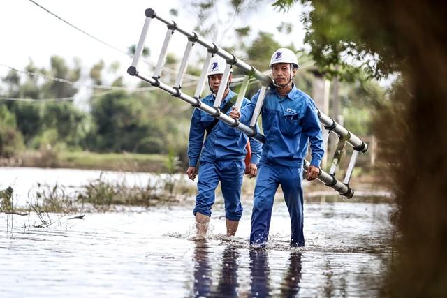 VNPT các tỉnh tại miền Trung nhanh chóng xử lý, khắc phục hậu quả sau lũ kết nối thông tin liên lạc cho khách hàng