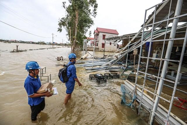 Nhân viên VNPT Quảng Bình thay thế thiết bị cho khách hàng sau lũ