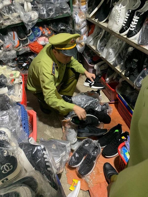 Lực lượng QLTT Lạng Sơn kiểm tra lô hàng vi phạm
