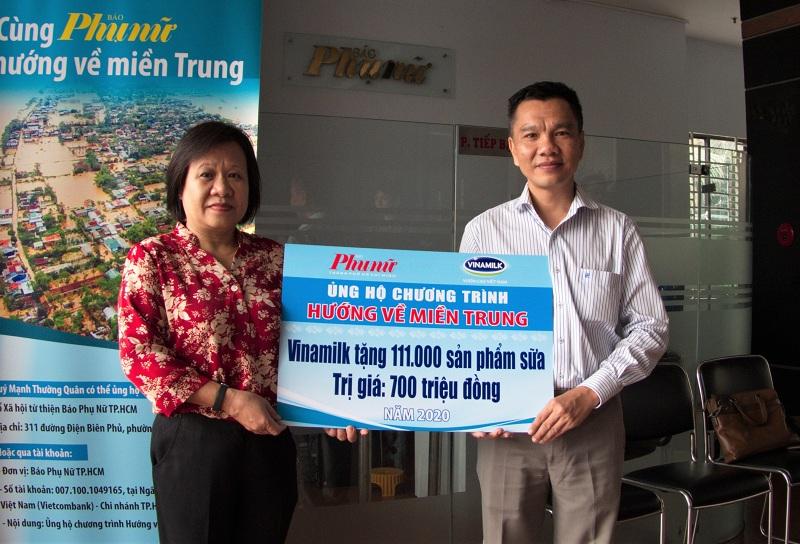 Ông Nguyễn Trung, Chủ tịch Công đoàn Công ty Vinamilk đại diện tập thể người lao động của công ty trao bảng tượng trưng 111.000 sản phẩm dinh dưỡng ủng hộ đồng bào miền Trung