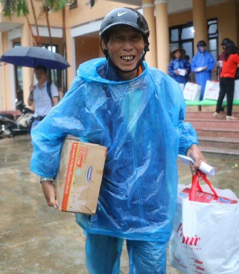 Niềm vui của người dân vùng lũ khi đón nhận tấm lòng của người dân cả nước chia sẻ trong những ngày khó khăn vì thiên tai