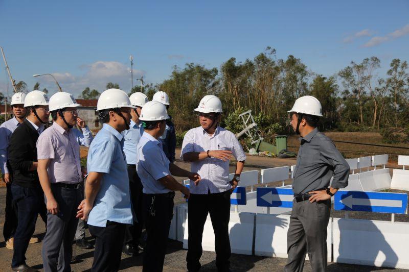 Tổng giám đốc EVNCPC Ngô Tấn Cư và đoàn công tác chỉ đạo khắc phục hậu quả lưới điện sau bão số 9
