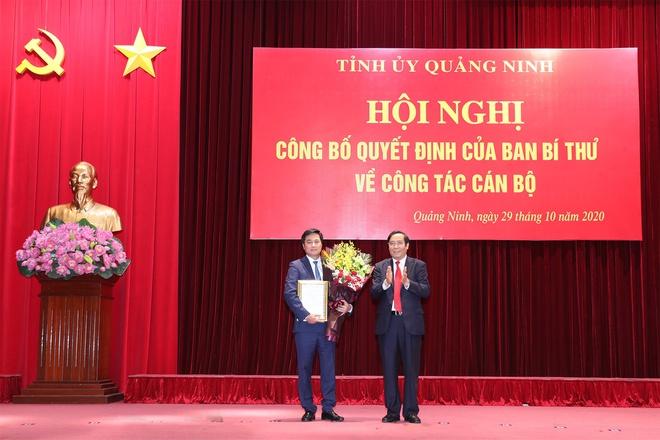 Ông Nguyễn Thanh Bình, Ủy viên Trung ương Đảng, Phó trưởng Ban Thường trực Ban Tổ chức Trung ương, trao quyết định của Ban Bí thư cho ông Nguyễn Tường Văn.