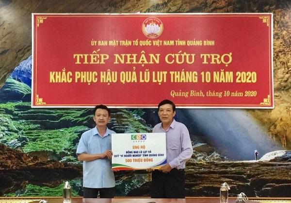 Ông Trần Quang Minh, Phó Chủ tịch UBMTTQ Việt Nam tỉnh Quảng Bình (trái) tiếp nhận ủng hộ của Tập đoàn CEO