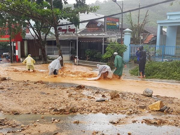 Đất đá sạt xuống trung tâm huyện Nam Trà My (Ảnh: báo Quảng Nam)