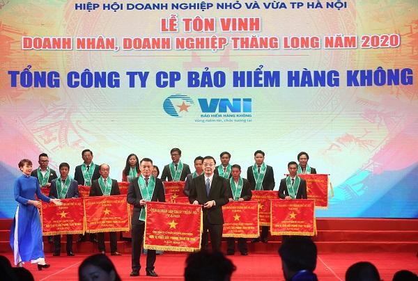 Đại diện VNI, ông Nguyễn Thành Quang – Phó Chủ tịch HĐQT  kiêm Phó Tổng giám đốc VNI (trái) đón nhận cờ thi đua của UBND TP Hà Nội trao tặng.