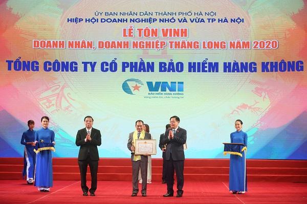 Đại diện VNI, ông Trần Trọng Dũng – Thành viên HĐQT, Tổng giám đốc VNI  nhận Cúp Thăng Long và Bằng khen của UBND TP Hà Nội trao tặng.
