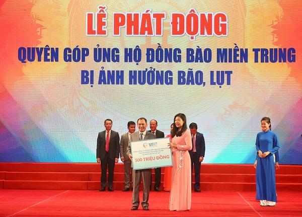 Đại diện VNI, ông Trần Trọng Dũng – Thành viên HĐQT, Tổng giám đốc VNI trao 500 triệu đồng  chung tay cùng đồng bào miền Trung vượt qua khó khăn.