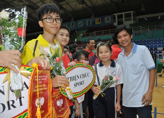 Ông Nghiêm Thiện Chức, Tổng thư ký Liên đoàn Bóng bàn tỉnh - HLV Trưởng bộ môn Bóng bàn tỉnh Bà Rịa Vũng Tàu (ngoài cùng, bên phải) tặng hoa các vận động viên