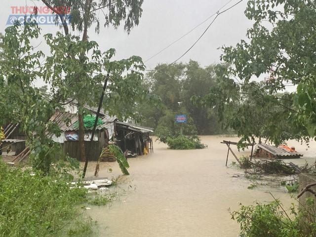 Mưa lớn cộng với việc các nhà máy thủy điện xả lũ khiến nhiều huyện tại Nghệ An ngập nặng