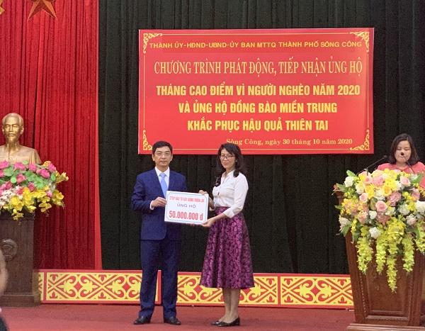 Ông Vũ Duy Nghĩa - Chủ tịch UBND Thành phố tiếp nhận ủng hộ từ Bà Nguyễn Thị Thanh Trang - Phó Tổng giám đốc Công ty CP Đầu tư Xây dựng Thiên Lộc, chủ đầu tư Khu đô thị Sông Công
