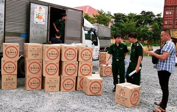 Lực lượng Bộ đội biên phòng TP. HCM vừa tạm giữ 2 phương tiện vận chuyển số lượng lớn hàng hóa không có hóa đơn, chứng từ tại cổng B, Cảng Cát Lái và cảng Phú Hữu (