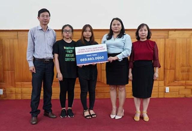 Bà Trần Thị Hoài Trâm- Chánh VP UBND tỉnh TT Huế trao số tiền cho 2 con Đ/C Phạm Văn Hướng
