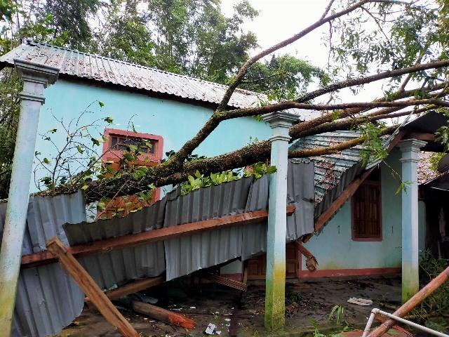 Nhà Thầy giáo Nguyễn Ngọc Long ở xã Hồng Thái, huyện A Lưới bị sập đổ trong bão số 9 vừa qua