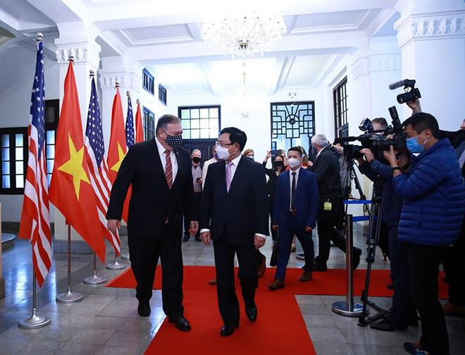 Phó thủ tướng, Bộ trưởng Ngoại giao Phạm Bình Minh và Ngoại trưởng Mỹ Mike Pompeo tại trụ sở Bộ Ngoại giao sáng 30/10 (Ảnh: Bộ Ngoại giao)
