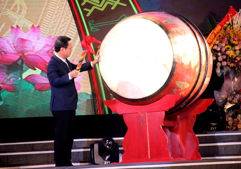 Ông Cao Tường Huy - Phó Chủ tịch UBND tỉnh Quảng Ninh gióng trống khai mạc Tuần Văn hóa, thể thao các dân tộc vùng đông bắc tỉnh Quảng Ninh lần thứ III - năm 2020.