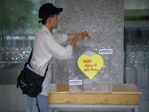 Sinh viên trường ĐH Công nghiệp thực phẩm TP.HCM quyên góp ủng hộ đồng bào miền Trung.