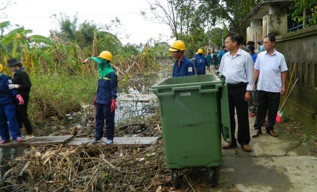 Ông Trần Song- PCT TP Huế (mặc áo trắng đứng đầu) đang kiểm tra hoạt động làm vệ sinh
