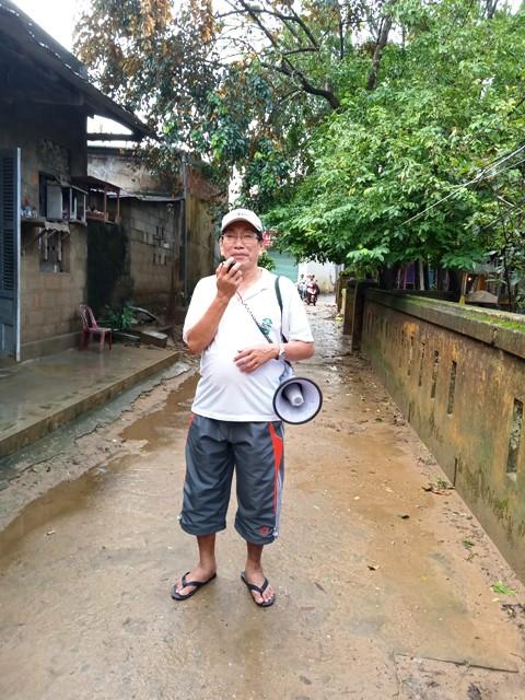 Ông Huỳnh Văn Hải- Tổ trưởng Mặt trận tổ 13 kêu gọi khản giọng nhưng   có rất ít người dân nơi đây cùng tham gia tổng vệ sinh