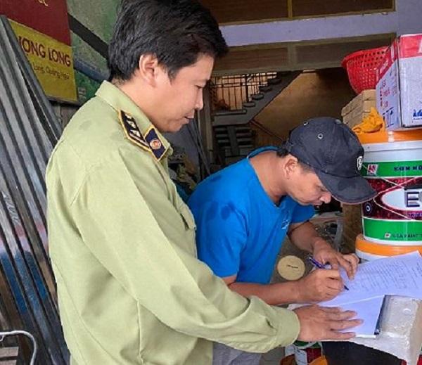 Lực lượng chức năng kiểm tra các cơ sở bán vật liệu xây dựng tại Quảng Ngãi