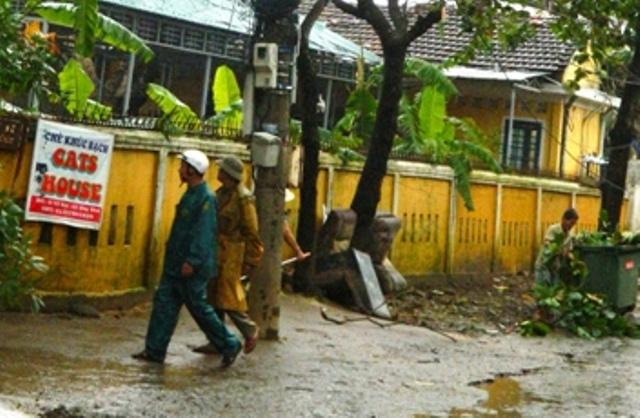 bộ ghế da bị người dân vứt ra đường khi lụt đang tấp lại ở góc trường tiểu học Phú Lưu