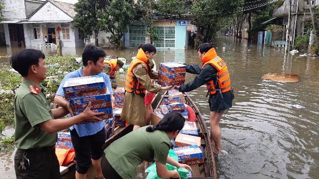 đưa từng thùng mì tôm, chai nước đến vùng ngập lụt