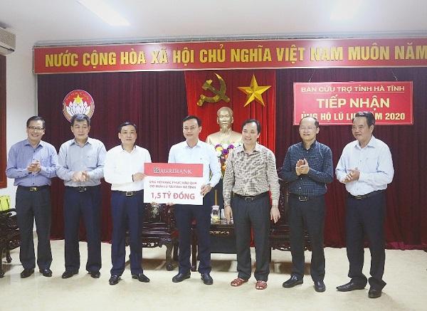 Thay mặt Agribank, Thành viên Hội đồng thành viên Hồ Văn Sơn trao 1,5 tỷ đồng Agribank ủng hộ nhân dân Hà Tĩnh khắc phục hậu quả sau đợt mưa lũ vừa qua.