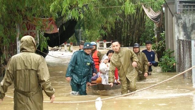 Lực lượng công an đưa dân ra khỏi vùng ngập lụt