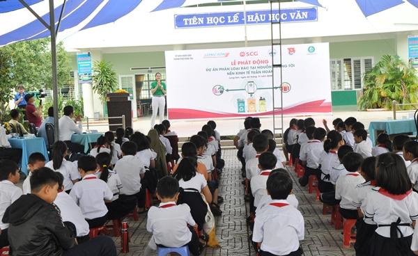 Bà Trần Thị Thoa, Giám đốc Công ty CP Dịch vụ xã hộ mGreen giới thiệu tính năng và lợi ích của phần mềm phân loại rác trên mobile App mGreen