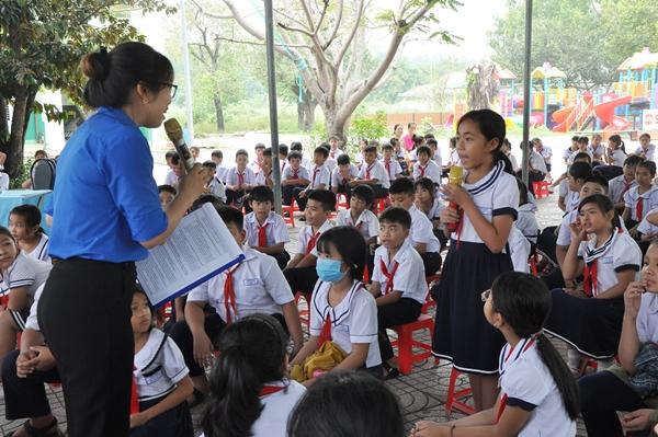 Các em học sinh tham gia trả lời câu hỏi về phân loại rác tại nguồn qua trò chơi